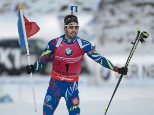 Martin Fourcade tok seg tid til å skøyte siste delen av oppløpet med det franske flagget i hånden.