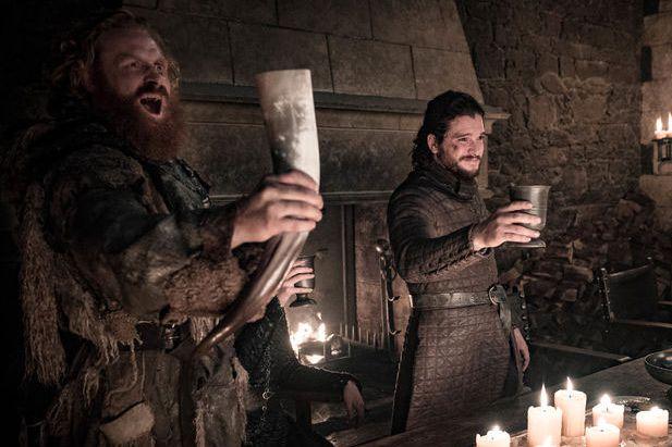 VENNER: Kristofer Hivju i rollen som Tormund sammen med TV-kompisen Jon Snow, spilt av Kit Harrington, i mandagens episode.