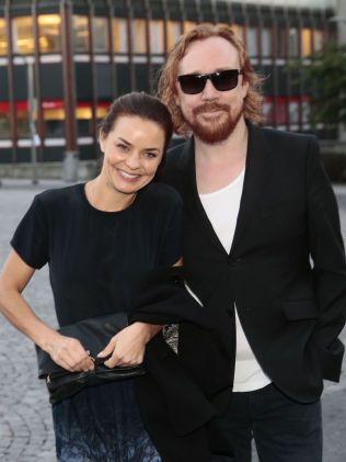 GIFTEKLARE: Agnes Kittelsen og Lars Weinerbäck på vei inn til premieren på «Mot i brøsta» i fjor.