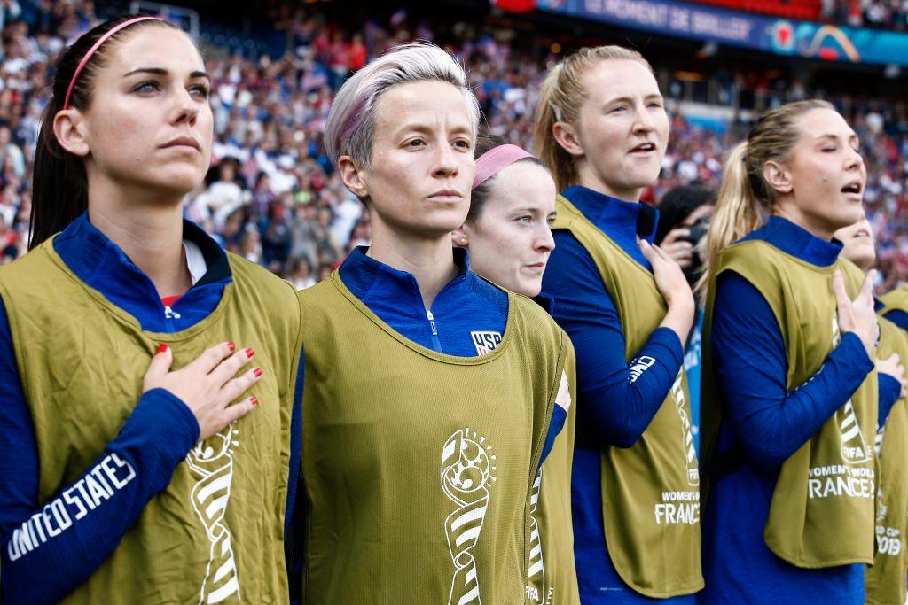 STILLE MARKERING: Megan Rapinoe med stivt blikk under den amerikanske nasjonalsangen søndag. Til venstre Alex Morgan, til høyre Rose Lavelle, Samantha Mewis og Allie Long.