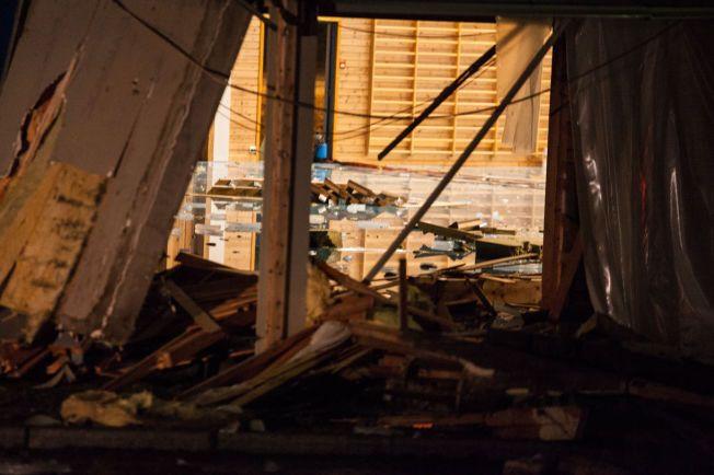 MASSE VANN: Det er store vannskader inne i Eidsberghallen mandag ettermiddag.
