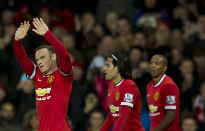 INVOLVERT I «ALT»: Wayne Rooney feirer soin andre scoring for dagen. Radamel Falcao og Ashley Young har nettopp vært borte og gratulert kapteinen.
