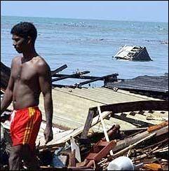 RASERT: Restene av et hus flyter i bakgrunnen etter at flodbølgen knuste en rekke landsbyer og byer på Sri Lankas sør- og østkyst søndag. Bildet er fra Lunawa. Foto: AFP