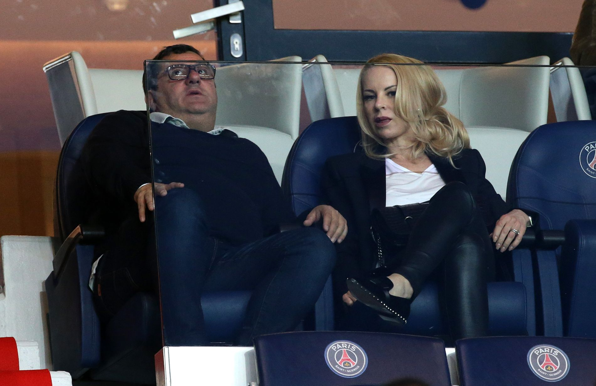 FERGUSONs «DRITTSEKK»: Mino Raiola på PSG-kamp i 2017, sammen med Zlatan Ibrahimovic' samboer Helena Seger.