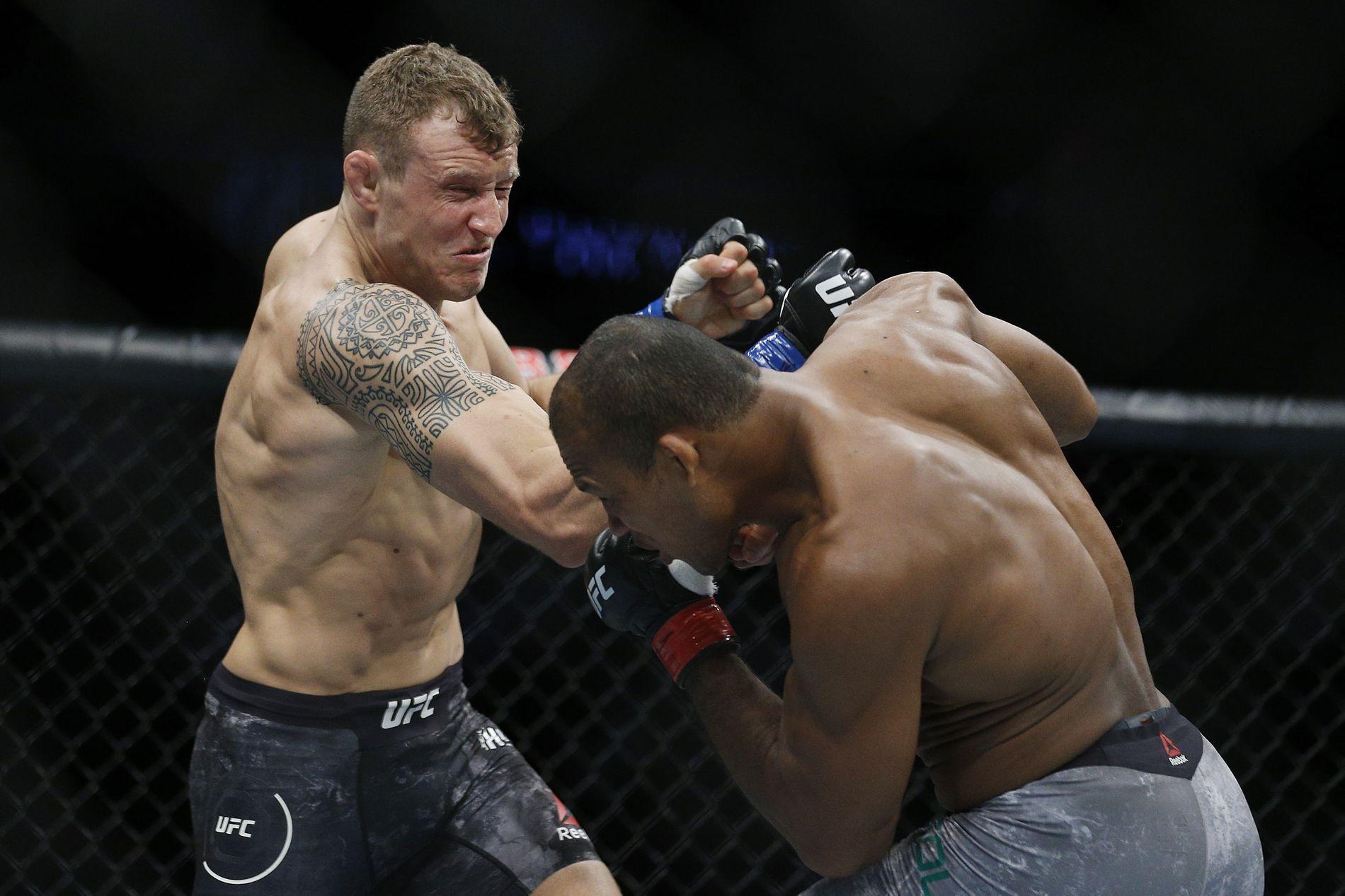 HET POTET: Jack Hermansson har bokstavelig talt fått lønn for sine meget sterke prestasjoner i UFC. Her er han i aksjon mot Jacare Souza i april.