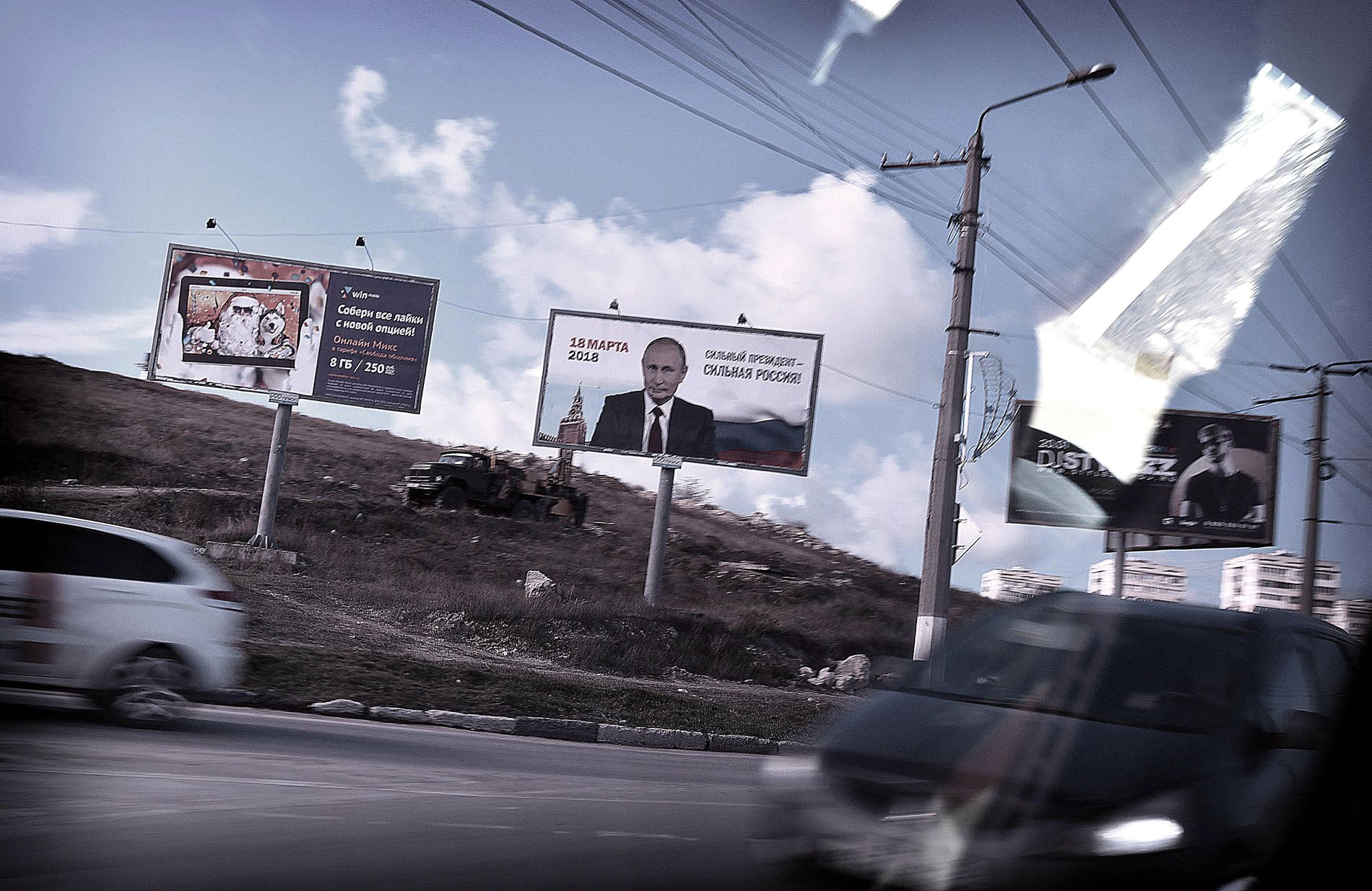 OPPFORDRER: I russiske storbyer dominerer Putin plakatene som minner folk på å stemme. På den russiskannekterte Krim-halvøya finnes det knapt spor av andre kandidater.