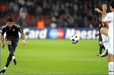 SCORET TO: Cristiano Ronaldo sørget for to frisparkmål mot Zürich. Her sender han avgårde skuddet som sørger for 4-2 på tampen - med god hjelp av keeper Johnny Leoni. Foto: AP
