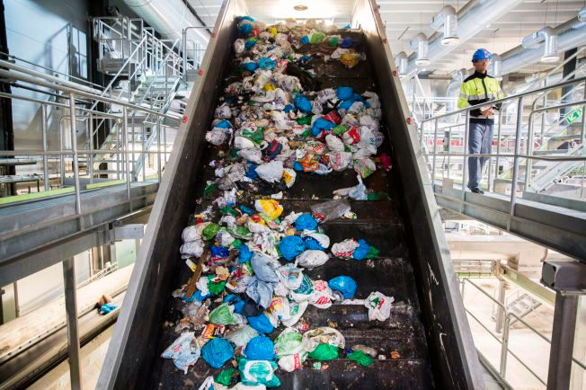 KILDESORTERING: På Klemetsrud energigjenvinningsanlegg sorteres plastavfall (blå poser) og matavfall (grønne poser). Arild Hemstad, leder i Framtiden i våre hender, mener du bør kildesortere, så lenge det ikke krever bruk av varmt vann.