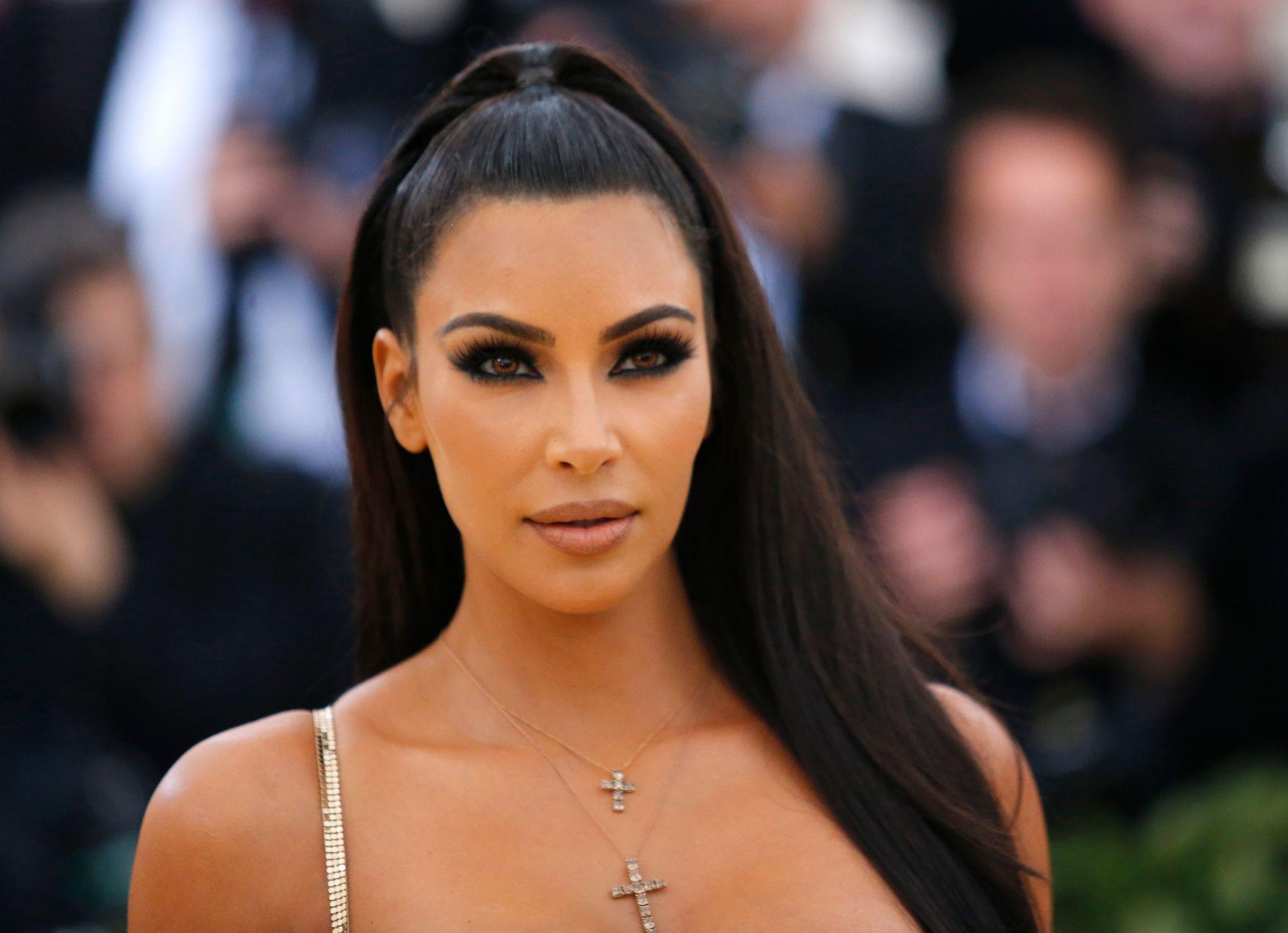 EN AV MANGE: Kim Kardashian-West er en av mange som måtte evakuere hjemmet sitt på grunn av skogbrannen som herjer i California.