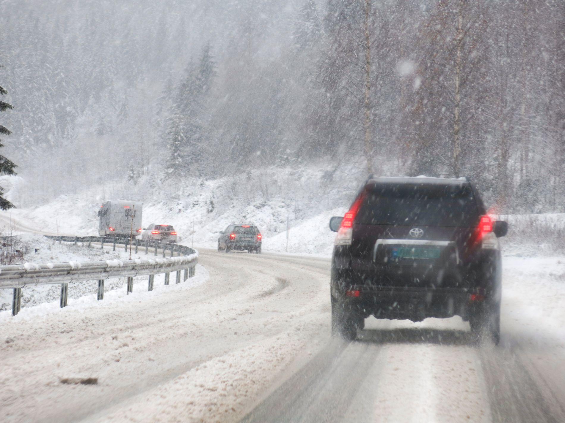 VANSKELIGE KJØREFORHOLD: Mye regn, snø og slaps kan skape vanskeligheter på norske veier andre juledag.