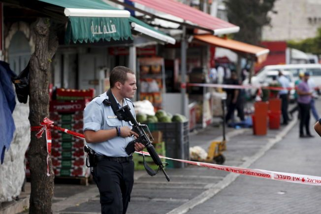 URO: En israelsk politimann står på vakt i gamlebyen i Jerusalem, etter at en palestiner knivstakk to israelere før gjerningsmannen ble skutt i går. Mye uro og flere angrep har den siste tiden preget området.
