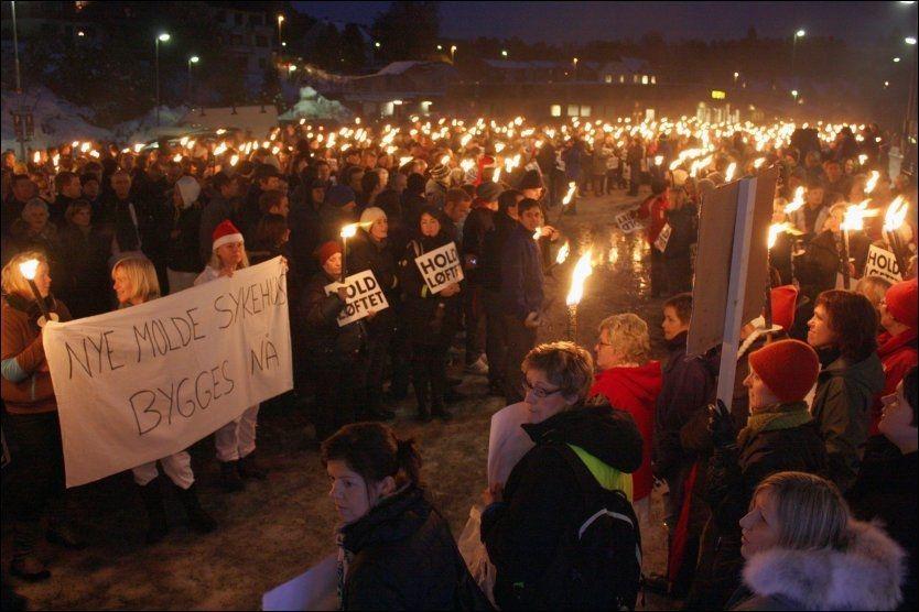15c9133a FLAMMENDE MOTSTAND: Det var en nesten eksplosiv stemning blant folk som  forlangte nytt sykehus nå, og som buet ut helseminister Anne-Grete  Strøm-Erichsen da ...