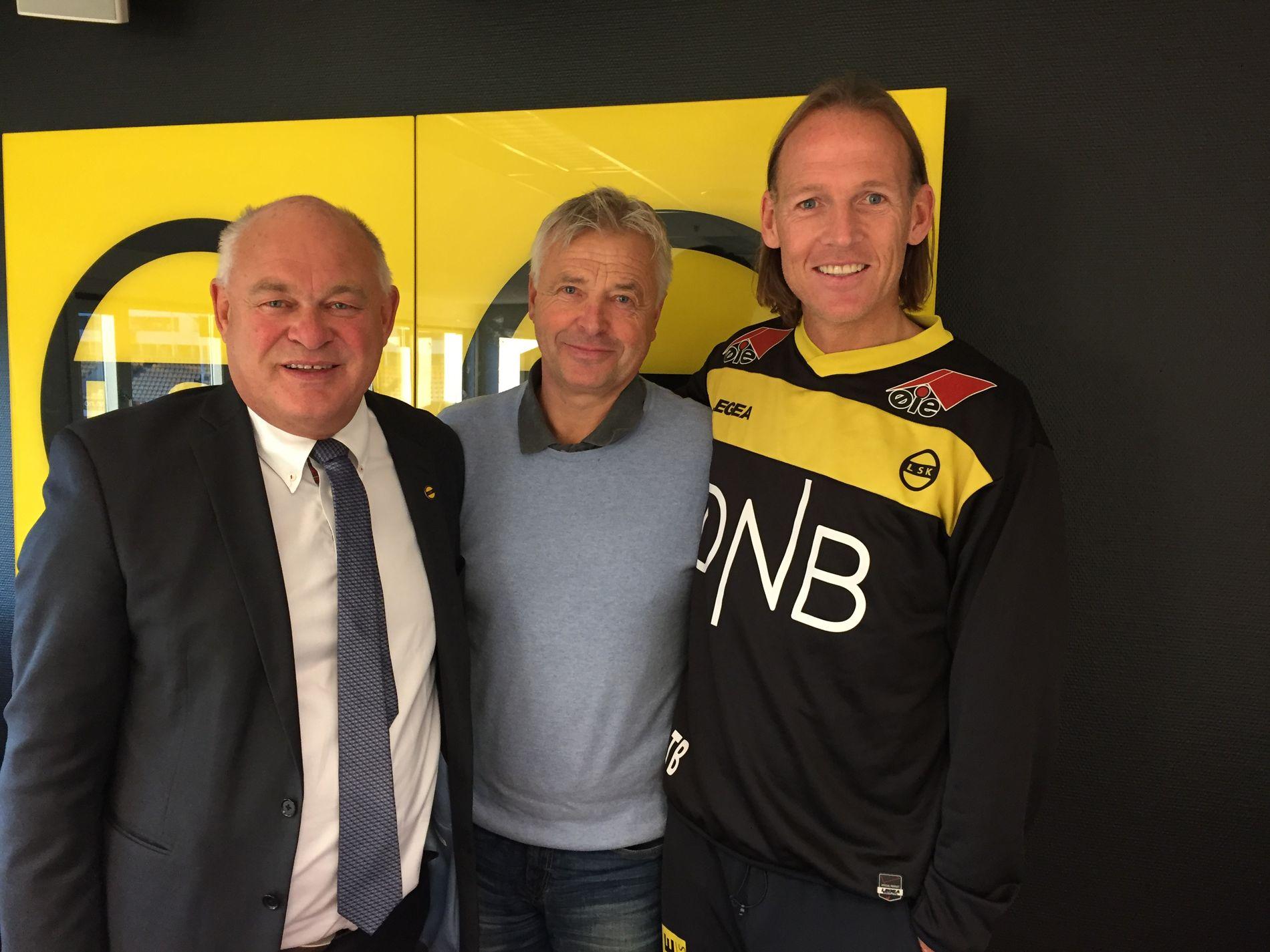 TILBAKE TIL RØTTENE: Arne Erlandsen trener Lillestrøm de to neste årene. Her er han sammen med styreleder Owe Halvorsen (t.v) og sportssjef Torgeir Bjarmann.
