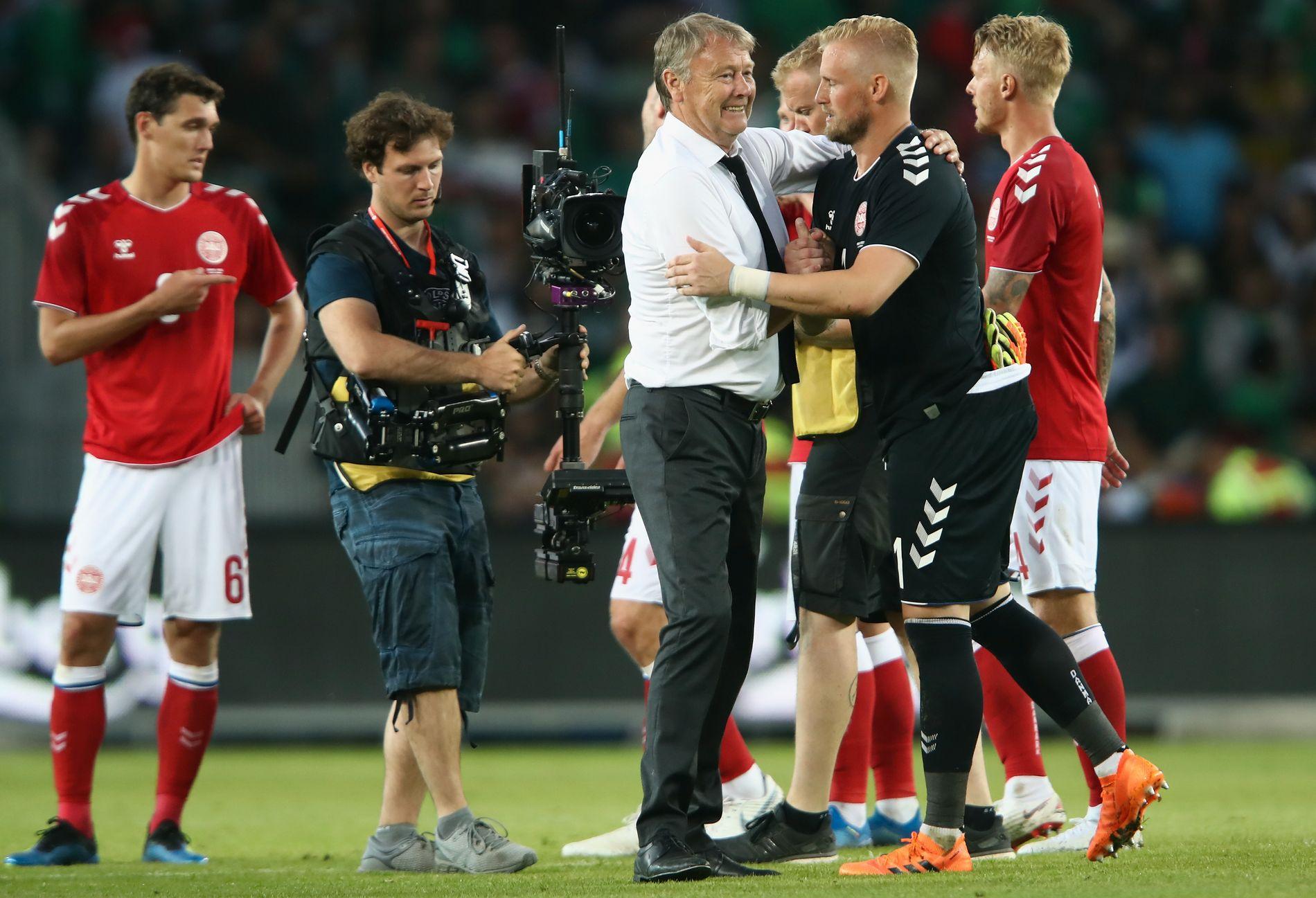 FIN KVELD: Andreas Christensen (til venstre), Åge Hareide, Kasper Schmeichel og Simon Kjær etter 2–0-seieren over Mexico lørdag.