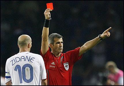 TRIST SORTI: Dommer Horacio Elizondo gir Zinedine Zidane korrekt rødt kort etter å ha skallet Materazzi i brystet. Foto: AP