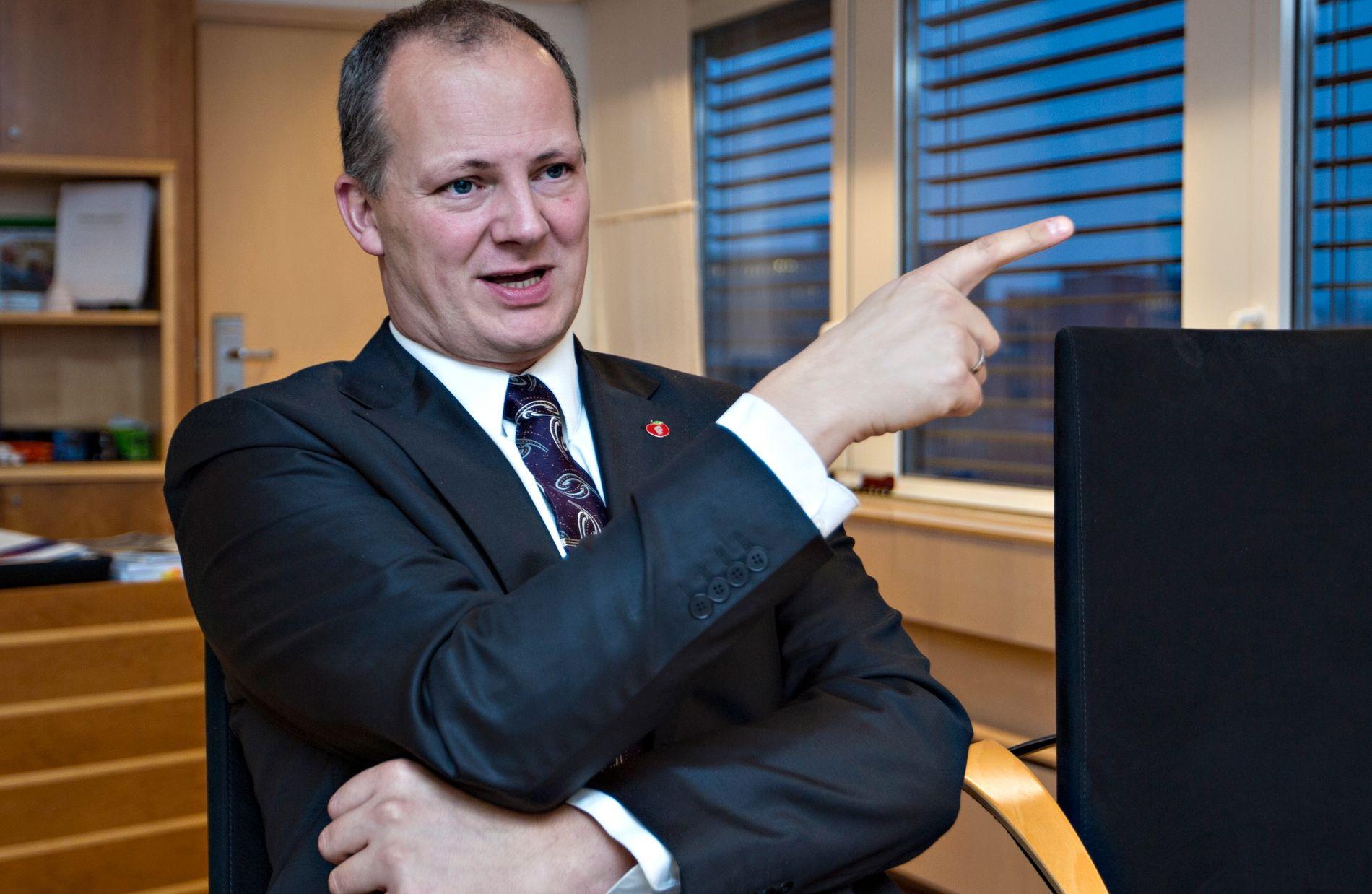PEKER UT RETNING: Samferdselsminister Ketil Solvik-Olsen (Frp) viser omverdenen og lokale forhandlere at han ikke akter å gi bort én meter ny motorvei på E18 vestover fra Oslo.