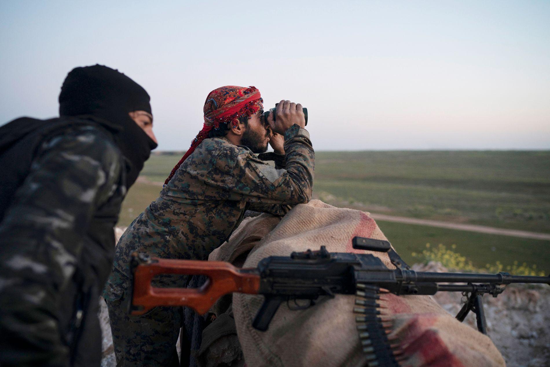 FLYANGREP: Krigere fra SDF følger med på et fly-angrep mot områder som IS fremdeles kontrollerer.