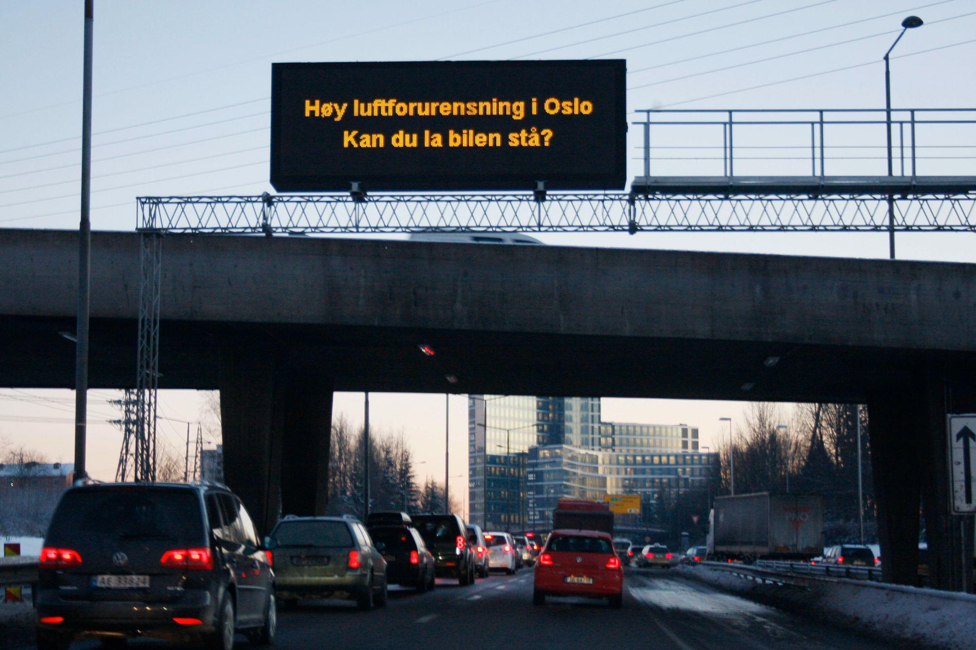 HØY LUFTFORURENSING: PÅ dager med høy luftforurensning, oppfordres Oslo-borgere til å la bilen stå. Her fra Ring 3 før avkjøringen til Helsfyr. Foto: Håkon Mosvold Larsen / NTB scanpix