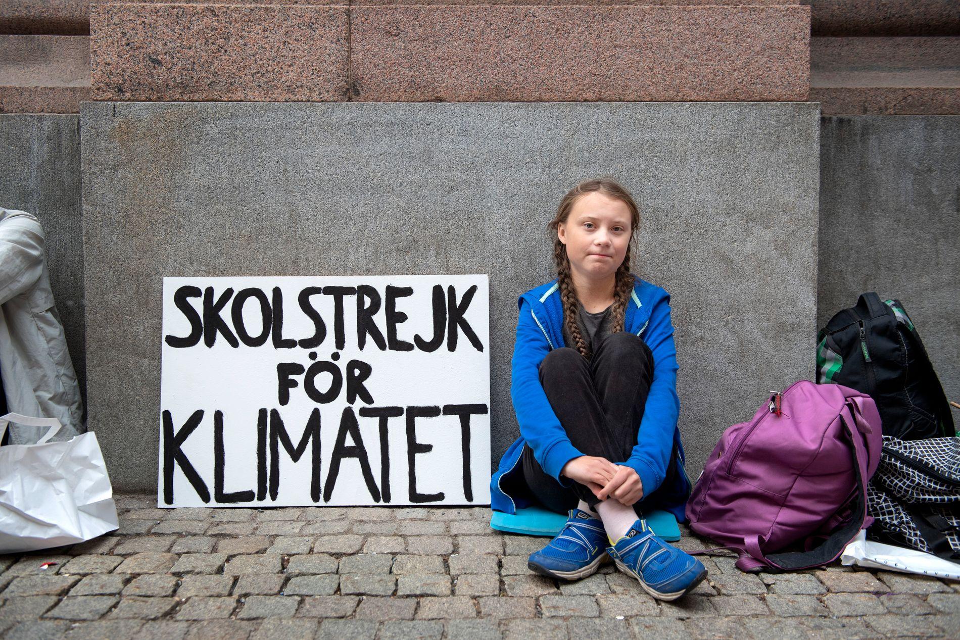 SKOLESTREIK: Her sitter Greta, den gang 15 år, streikende foran Riksdagen i Sverige.