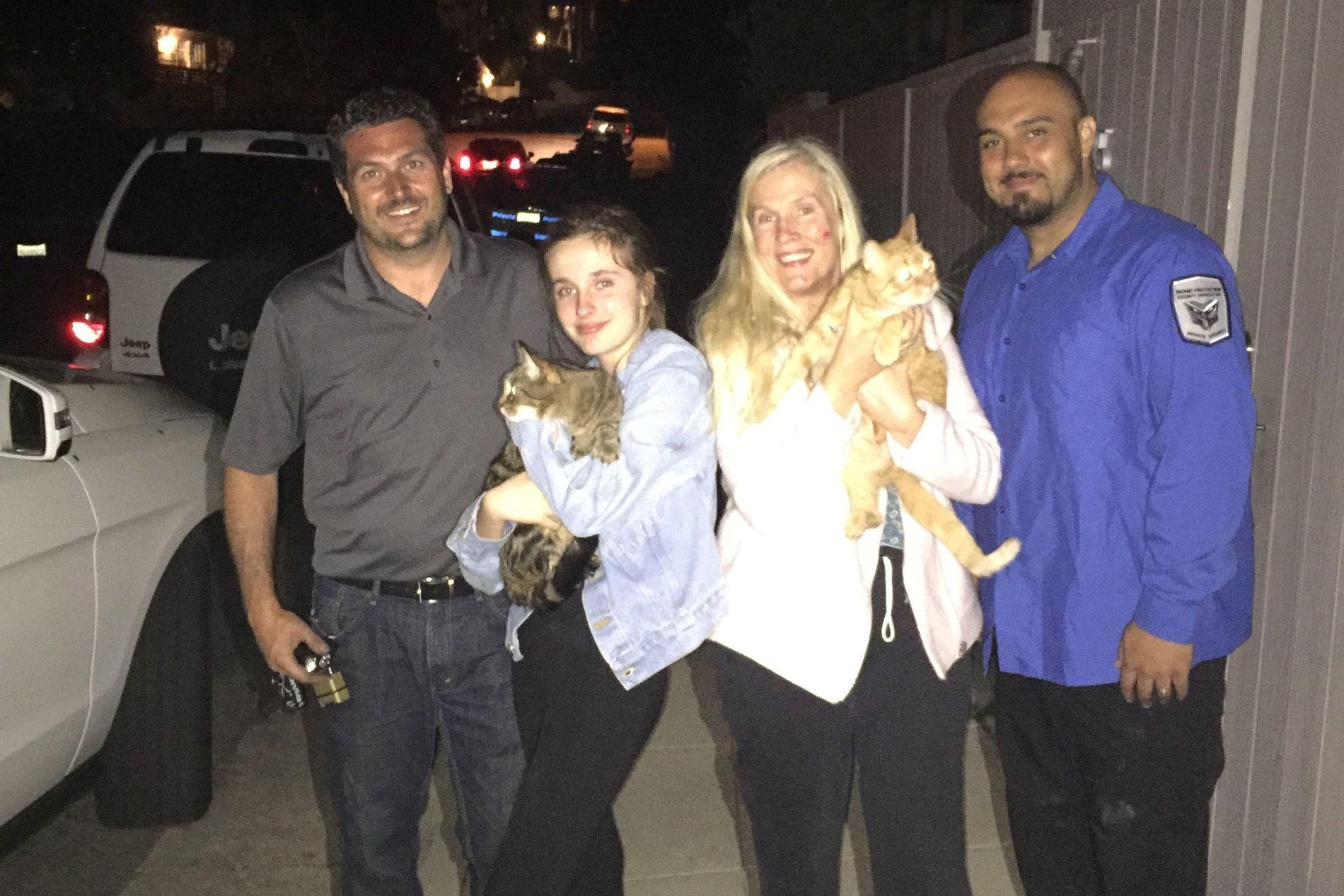GJENFORENT: «Hollywoodfruen» Gunilla Persson er overlykkelig for at hun igjen kan holde Tusse i armene sine, mens datteren Erika holder et godt tak rundt familiens andre katt, Lulle. Her er de sammen med to av redningsmannskapene.