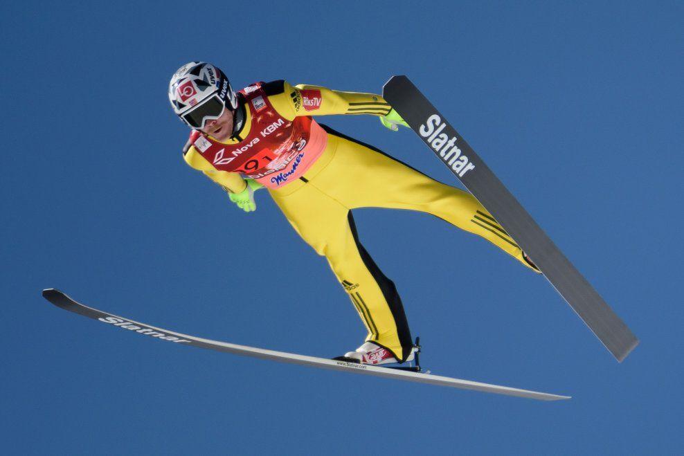 I SVEVET: Tre ganger fløy Robert Johansson bakken ned i Planica lørdag. Det korteste hoppet hans var på elleville 246 meter.
