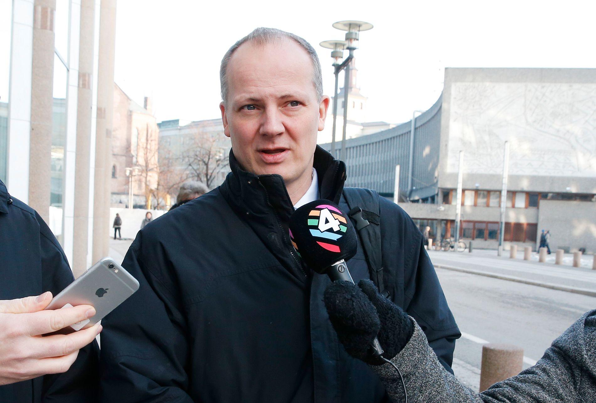 FORNØYD: Samferdselsminister Ketil Solvik-Olsen ble intervjuet av VG og P4 på vei til Stortinget etter møtet med Vegvesenet.