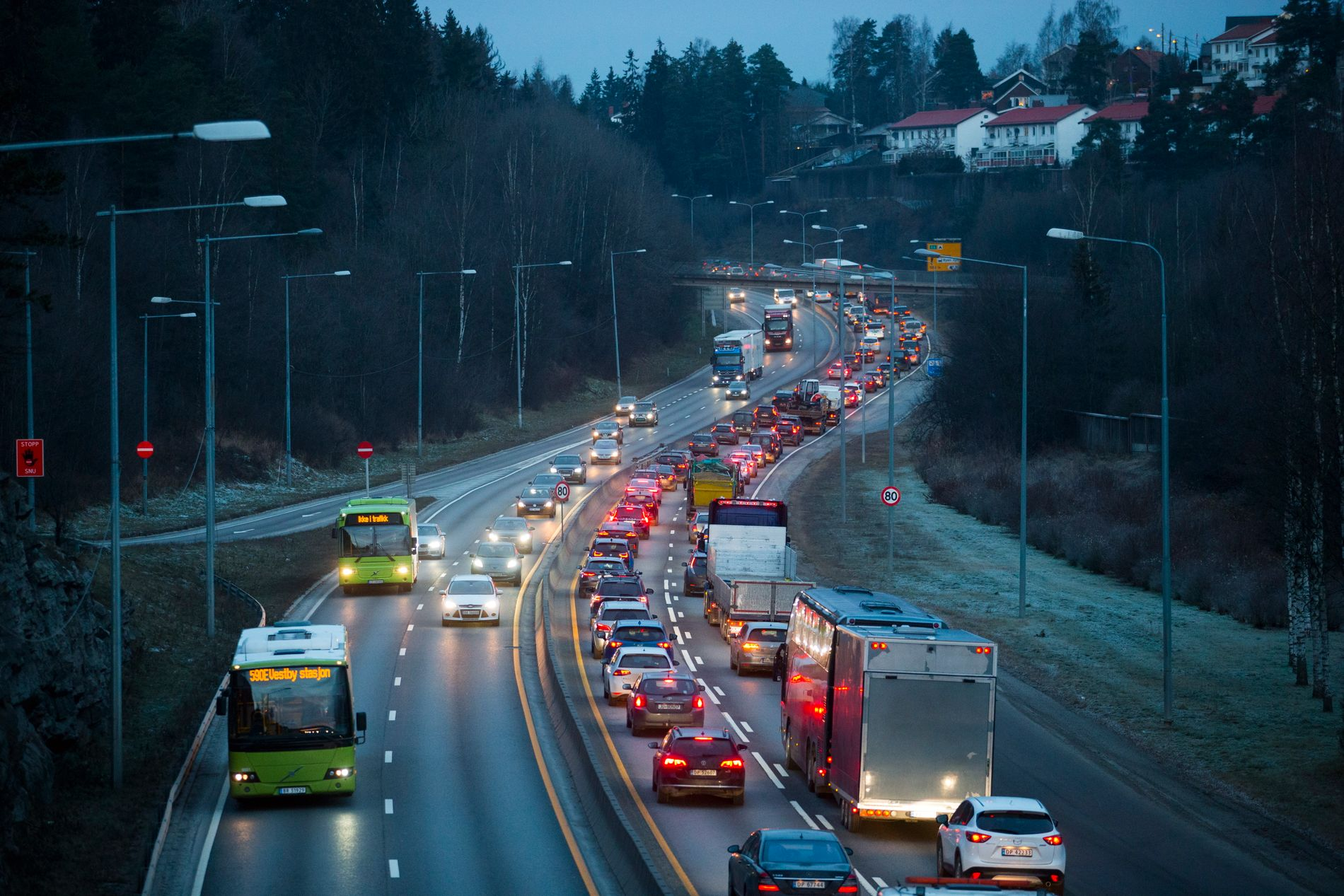 Strid om flere og smalere motorveier: – Vi advarer