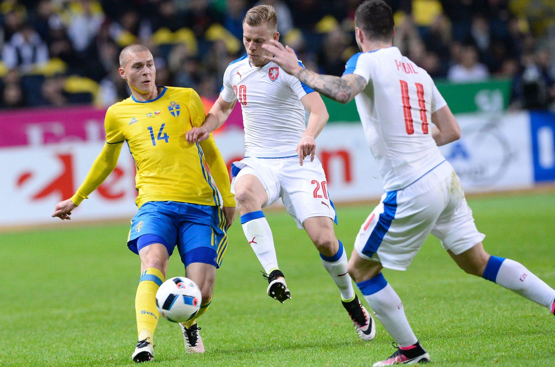 KREVER ENDRINGER: De svenske spillerne er selv klar over at de må skjerpe innsatsen mot Italia. Her er Benfica-forsvareren Victor Nilsson Lindelöf i kamp med Tsjekkias Matej Vydra i en privatkamp i mars.