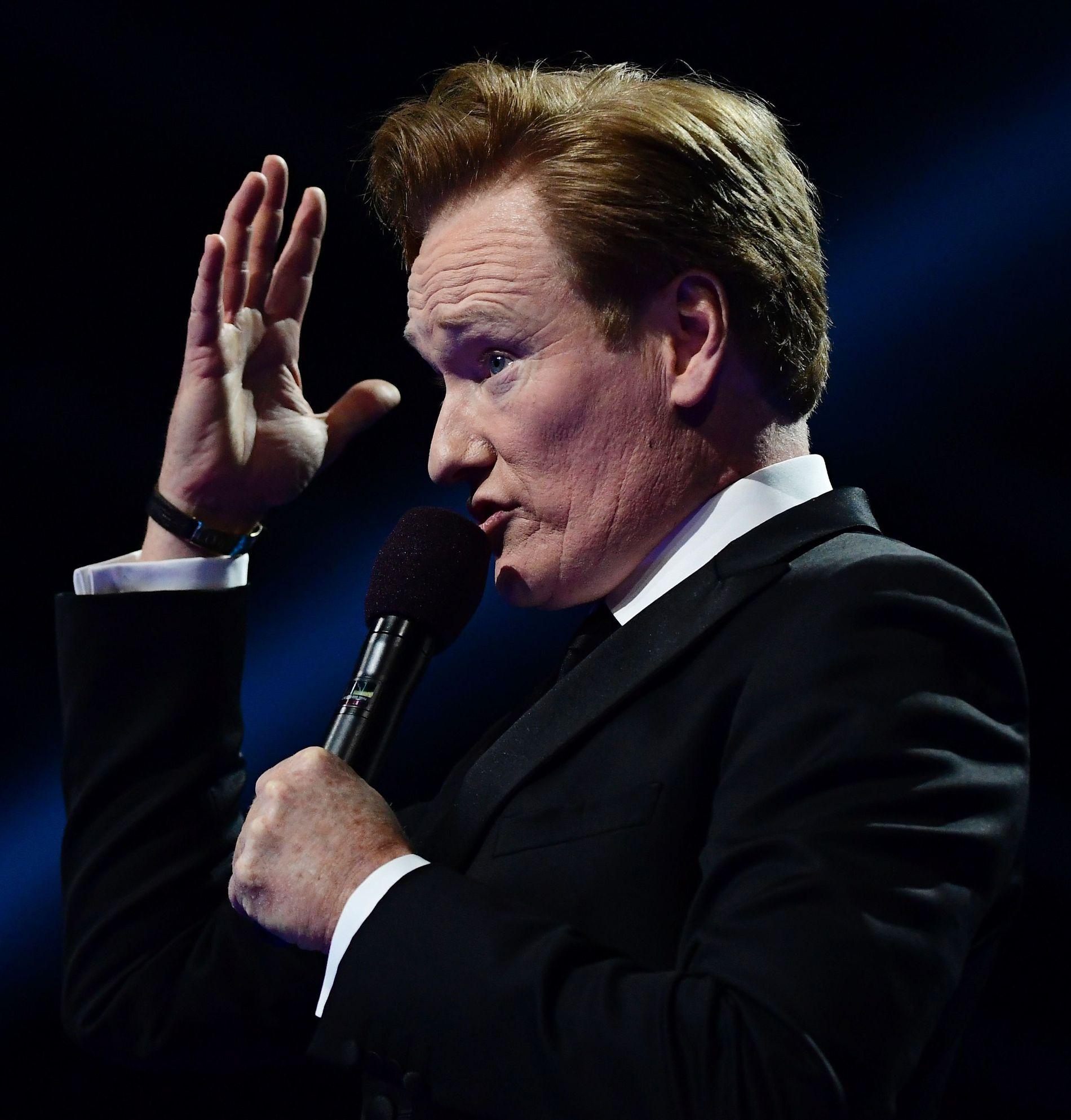 GJENFORENES: Conan O'Brien ledet Nobelkonserten, og tar imot Highasakite i en eller annen form på sitt talkshow 2. mai. Foto: AFP