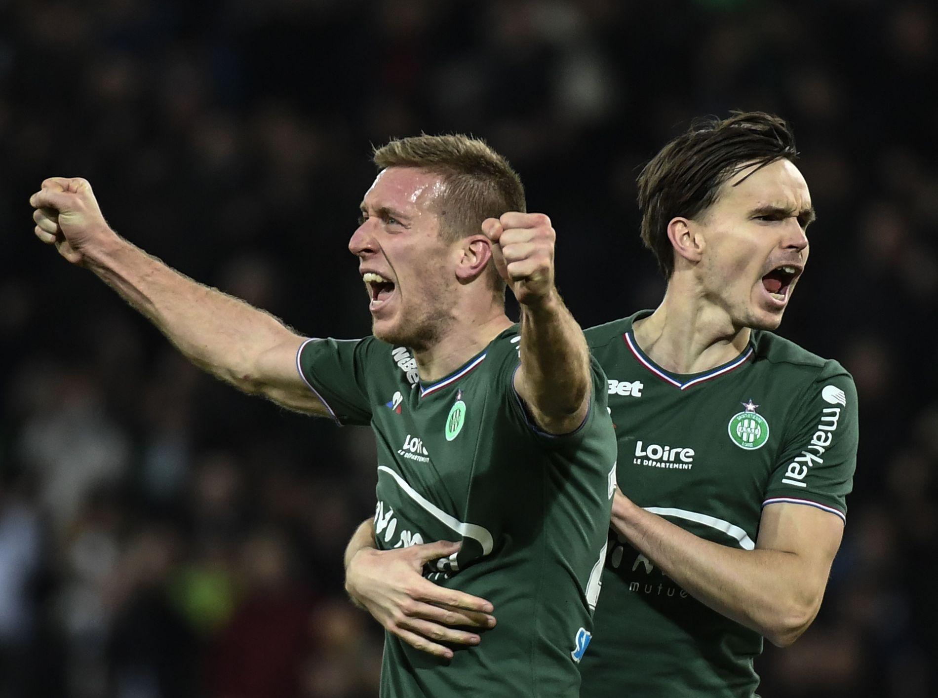 GRØNN AV GLEDE: Ole Selnæs (t.h.), som her feirer målet til lagkamerat Robert Beric, har fått sitt store gjennombrudd i fransk fotball denne våren.