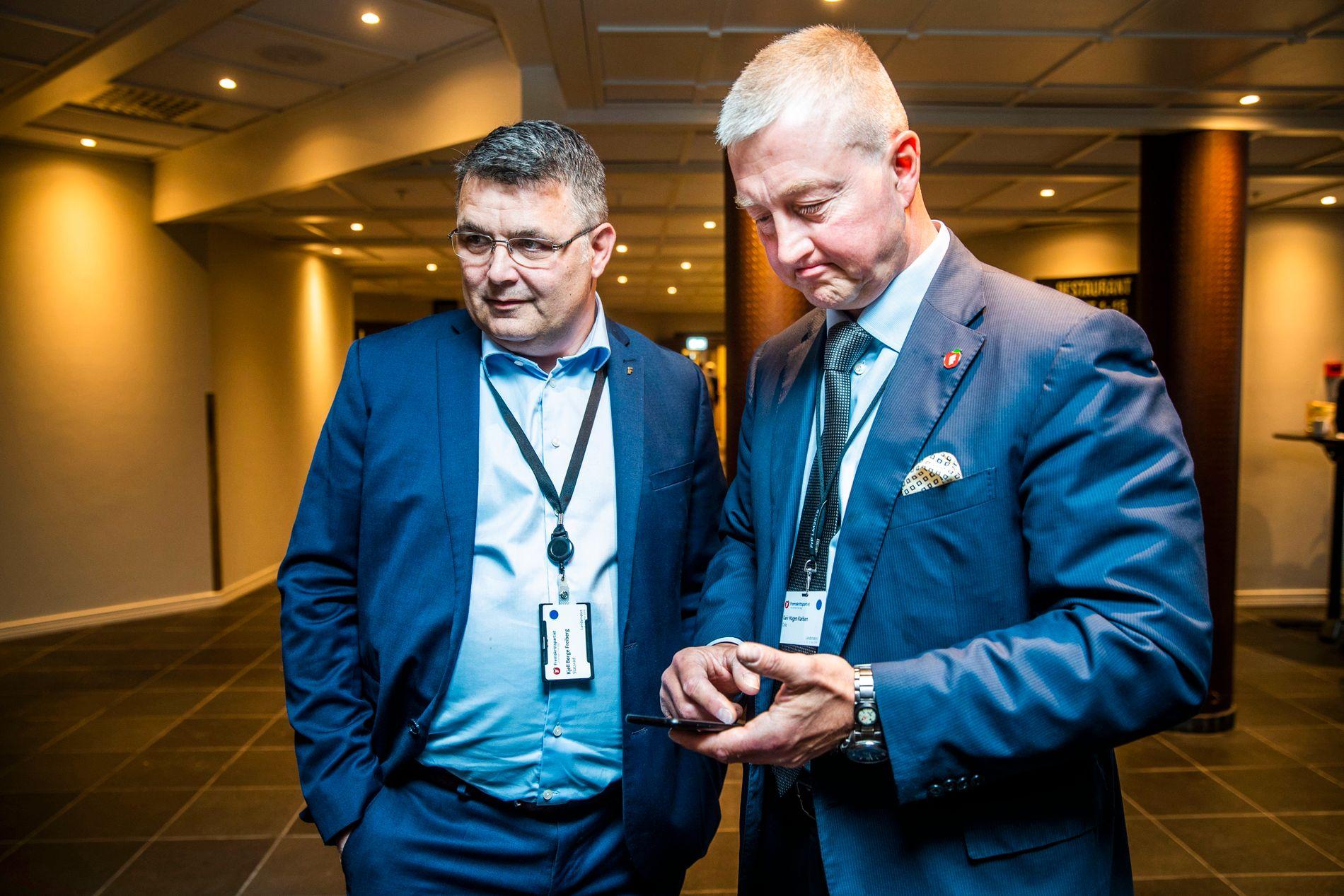 «RASERER»: Geir Hågen Karlsen (til høyre), fra Oslo Frp var opprørsgeneral på landsmøtet og prøvde å få stoppet vindmøllene på land. Her står han sammen med Olje- og energiminister Kjell-Børge Freiberg.