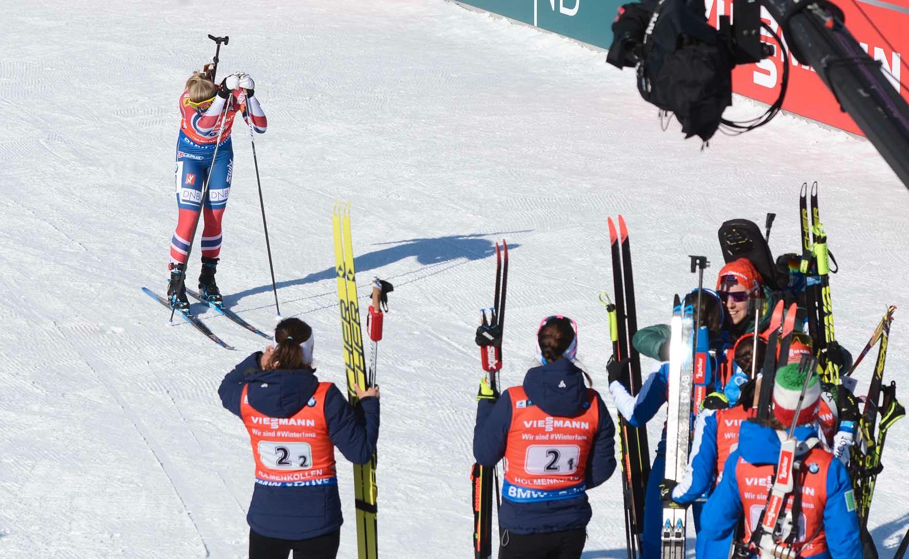 TUNG DAG: Marte Olsbu gjemte ansiktet i hendene da hun gikk i mål til 4. plass på stafetten i Kollen.