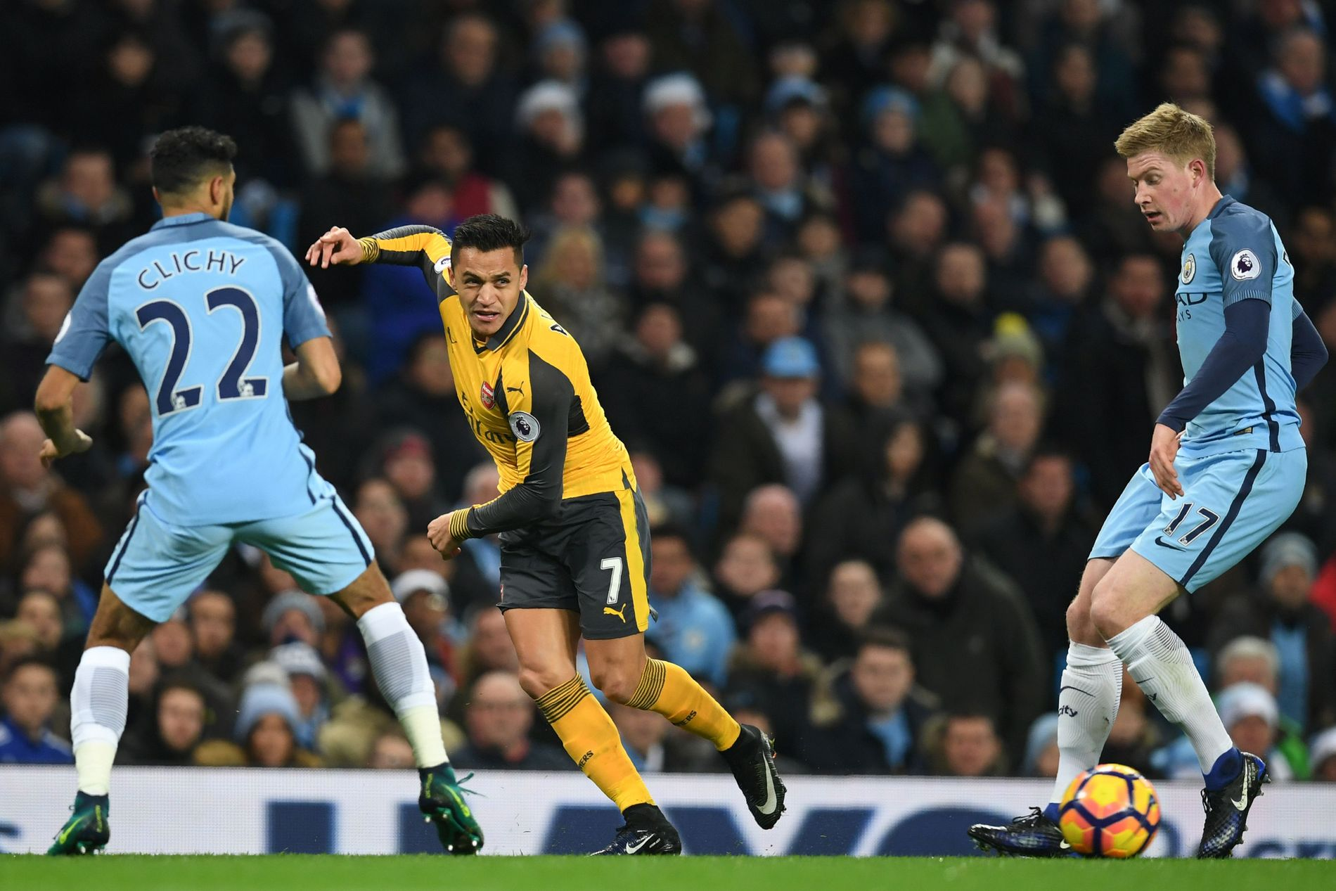 TJENER MEST: Alexis Sánchez er Premier Leagues best betalte spiller etter overgangen til Manchester United. Kevin De Bruyne (t.h.) meldte seg også på i toppen mandag.