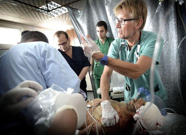 GILBERT I GAZA: Dette er slik de fleste kjenner Mads Gilbert, som den frivillige, frittalende legen som jobber for å redde liv på Shifa-sykehuset i Gaza. Her hjelper han en hardt skadet mann i juli i år.