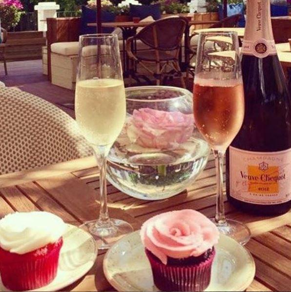 CHAMPAGNE: I august 2015 legger kjæresten ut bilder av champagne og muffins.