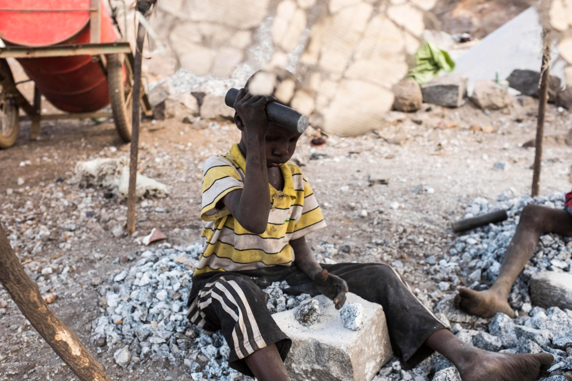 JOBB: Per dags dato finnes det ikke noe forbud mot import av varer og produktet laget av slave- eller barnearbeidere i Norge. Bildet viser en gutt som jobber med å knuser stein i en av de fattigste byene i Afrika, Ouagadougou.