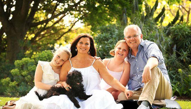 FINN TO FEIL: Familiebilde av Scott Morrison, hans kone og to barn har fått hard medfart i sosiale medier.