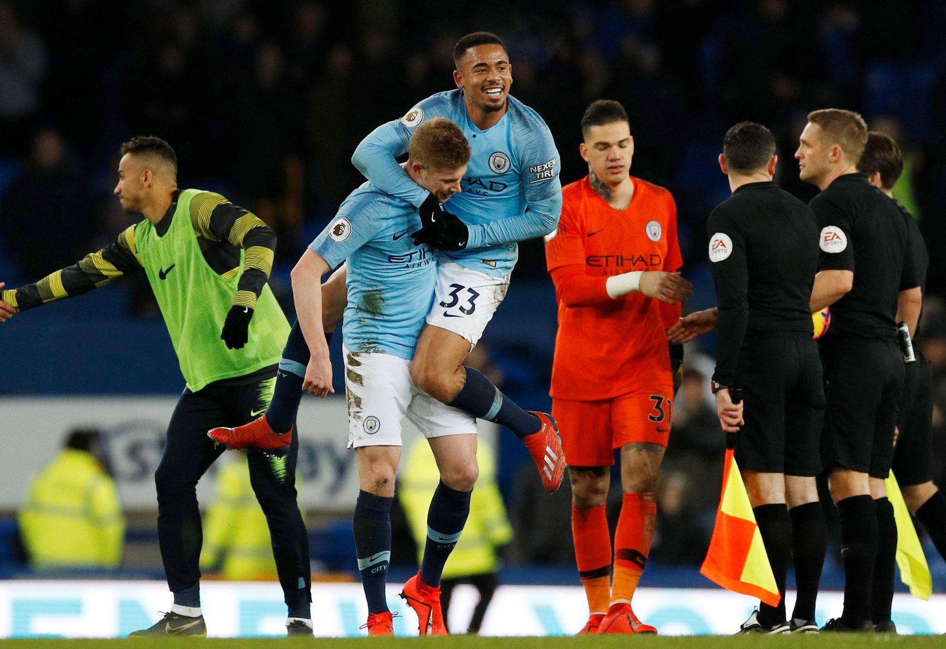 SIKRET SEIEREN: Gabriel Jesus gratuleres av Kevin De Bruyne, som spilte brasilianeren frem før 2–0-scoringen.