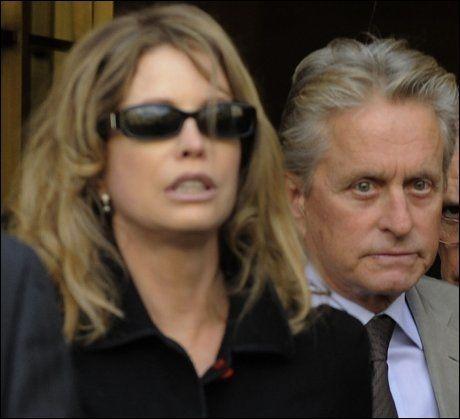 EKSPAR: Michael Douglas og ekskona Diandra Douglas på vei ut fra rettsalen i april i år, da i forbindelse med narkotiltalen mot deres felles sønn. Foto: AFP