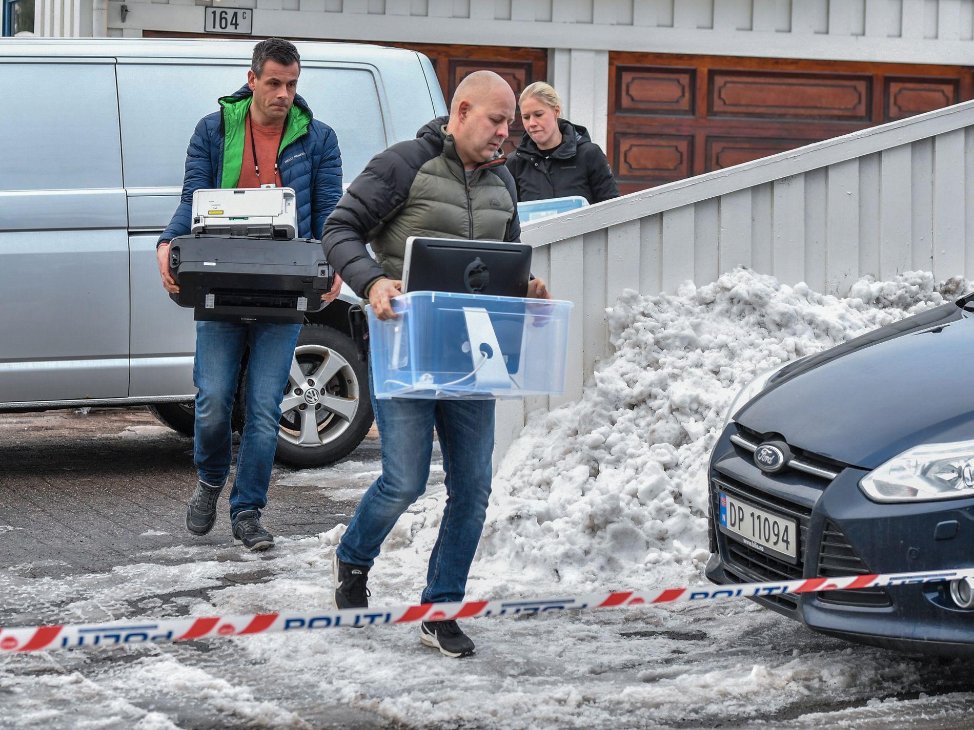 BESLAG: To kasser, blant annet med datamaskiner, ble tatt ut av boligen til justisminsiteren og samboeren i dag.