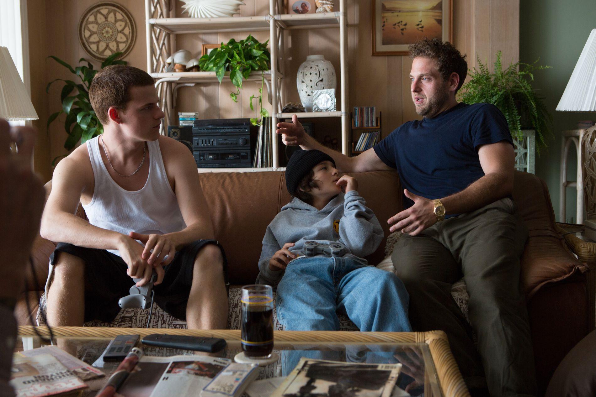 NÅ OGSÅ BAK KAMERAET: Jonah Hill (til høyre) instruerer Lucas Hedges of Sunny Suljic (i midten) i «Mid90s».