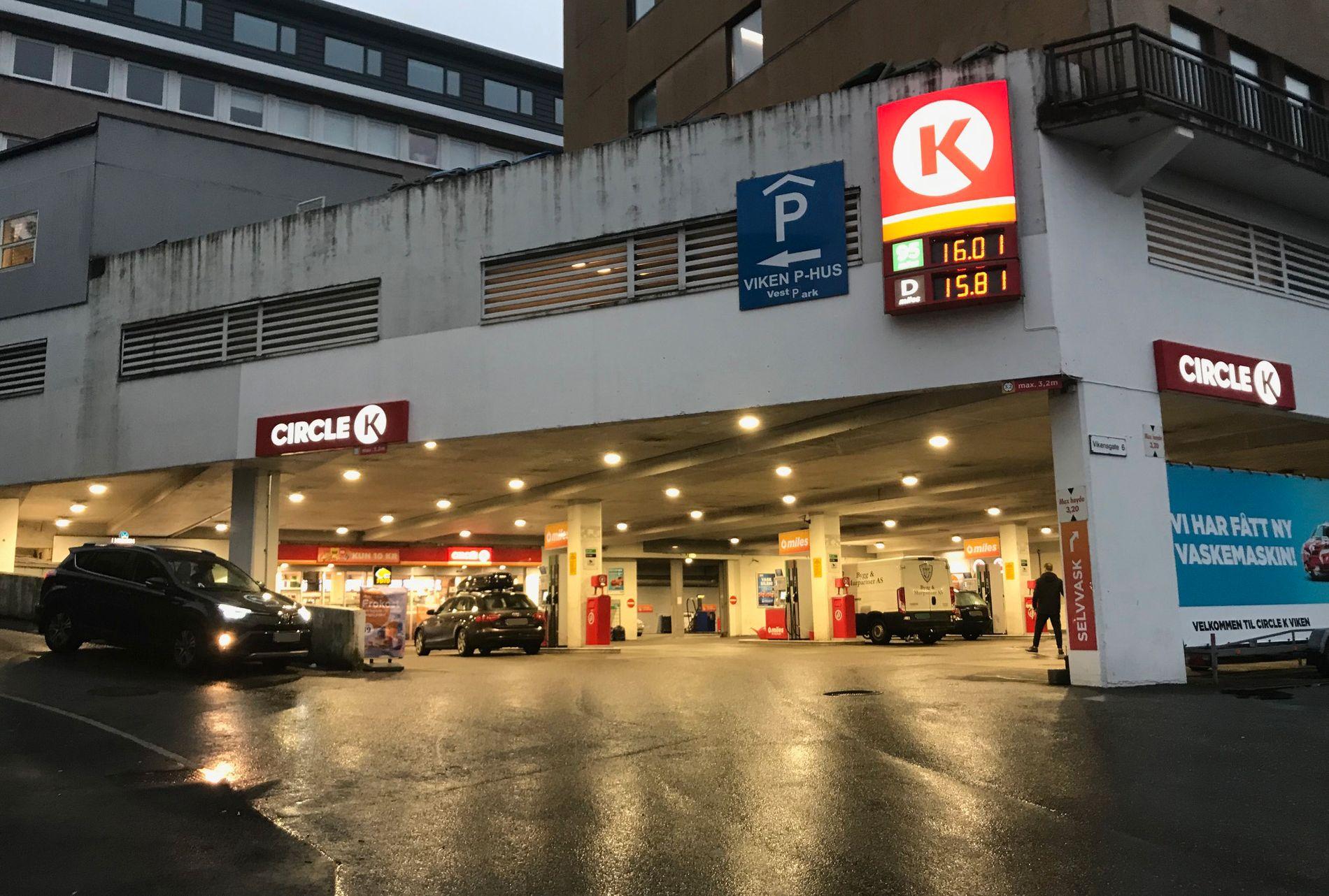 ROLIG: Klokken ni lørdag morgen er politisperringene borte fra sbensinstasjonens parkeringsplass.