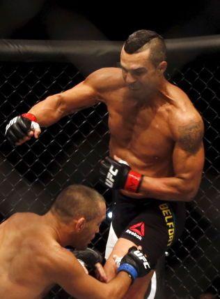HOLDER KOKEN: Vitor Belfort, her i aksjon mot Dan Henderson i november, debuterte i UFC i 1997. Brasilianeren fikk tittelkamp i 2015, og kan få flere sjanser.