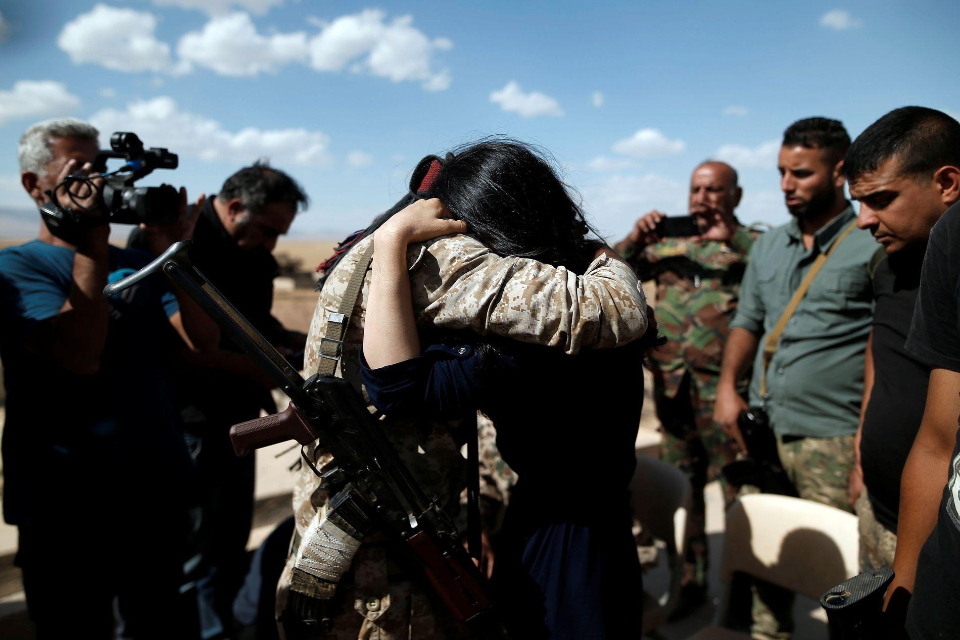 GJENSYN: Nadia omfavner sin bror Saeed, som hun ser for første gang etter at hun ble tatt til fange og solgt som slave av IS. Reisen i 2017 er første og til nå eneste gang hun har vært tilbake i landsbyen hun vokste opp i, Kojo, i Sinjar i Nord-Irak.