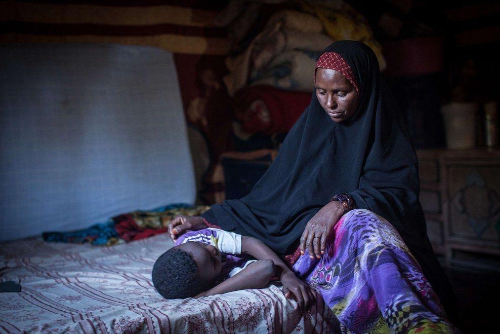 UTBREDT PRAKSIS: 98 prosent av kvinnene i Somalia er kjønnslemlestet. Amran Mahamood sitter ved siden av en somalisk jente som er blitt omskjært. Bildet er tatt 19. februar. Foto: AFP
