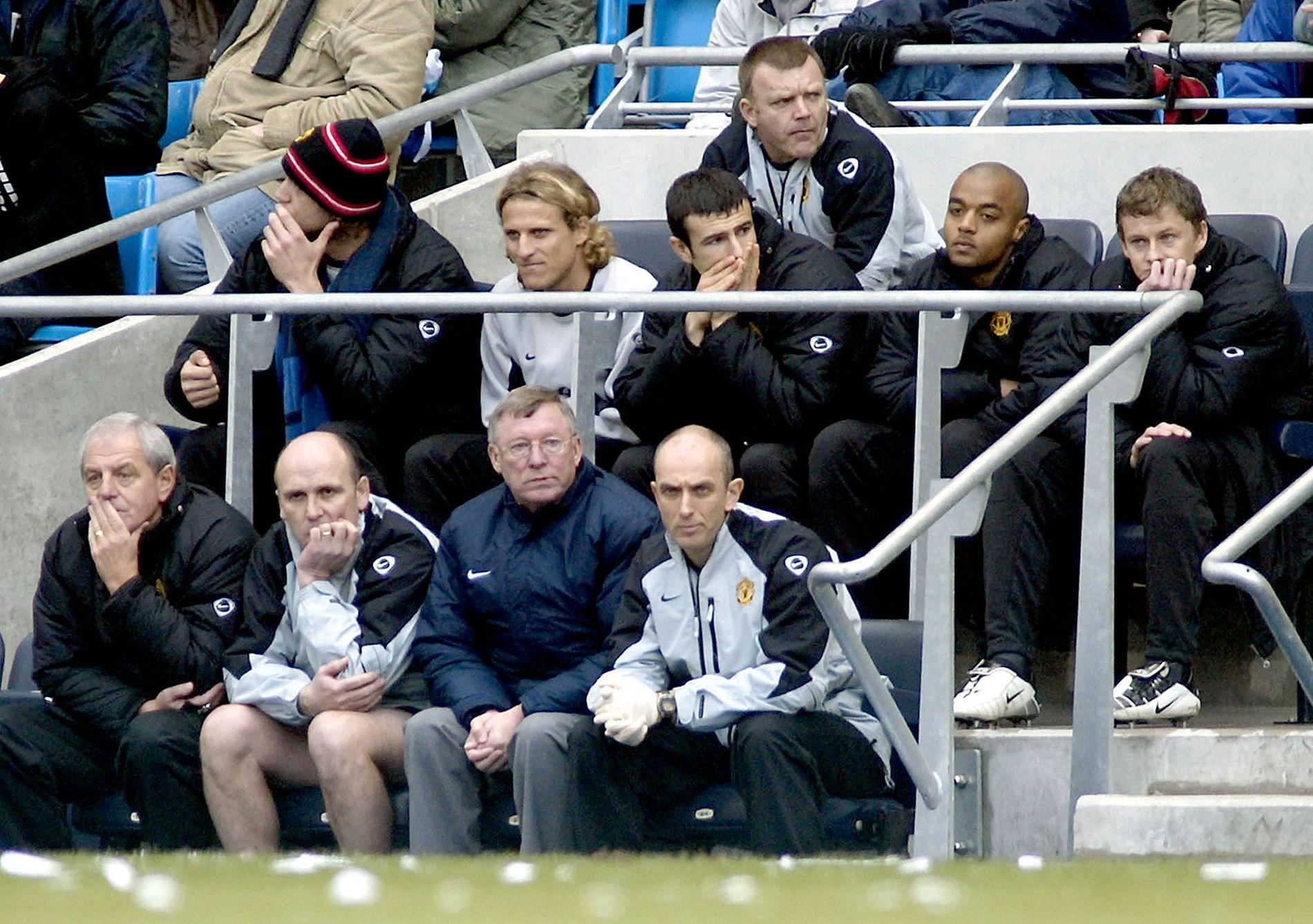 KJENT MED BENKEN: Ole Gunnar Solskjær på benken under et møte med Manchester City i 2004. Han kom inn de siste 18 minuttene for Cristiano Ronaldo, uten at det hjalp. City vant 4–1.
