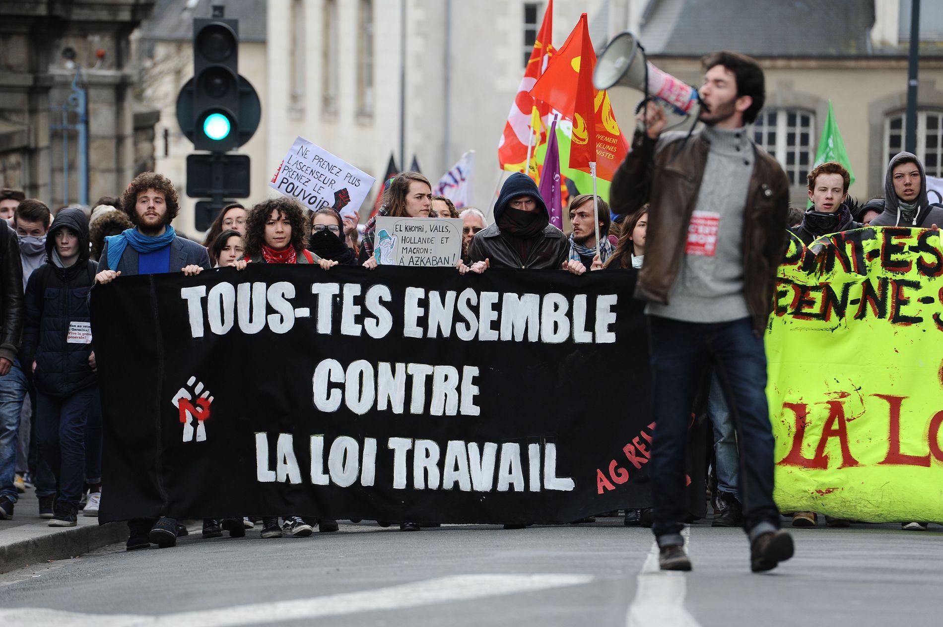 INGEN SUKSESS: Regjeringens forslag til ny arbeidslov i Frankrike vekket store protester og bidro ikke til å øke populariteten til president Hollande. FOTO:  AFP / JEAN-SEBASTIEN EVRARD