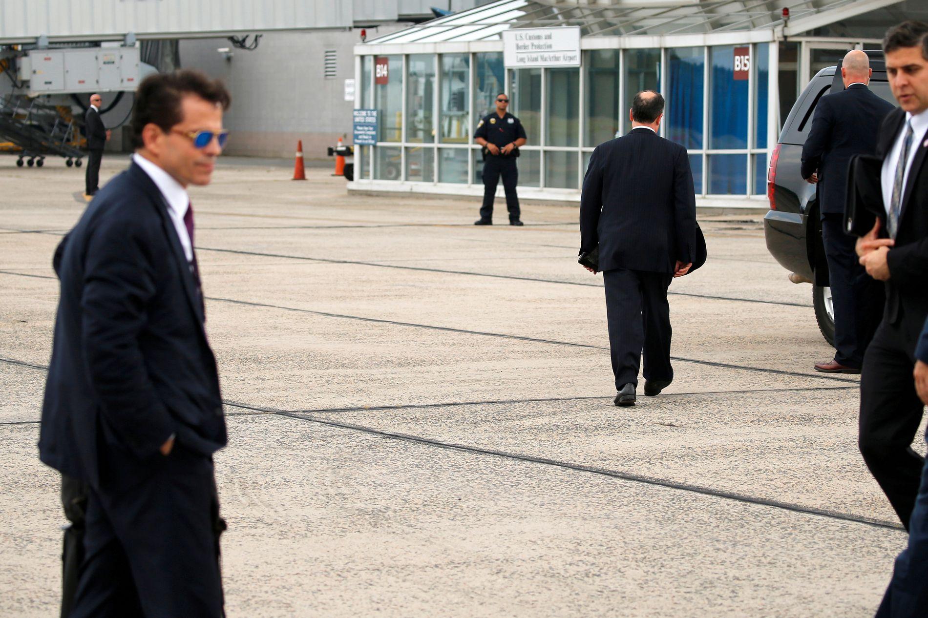 «THE MOOCH»: Trumps ferske kommunikasjonssjef Anthony «The Mooch» Scaramucci i forgrunnen til venstre. Med ryggen til ser man hans gamle fiende Priebus på vei til bilene, etter hans siste flytur med presidenten.