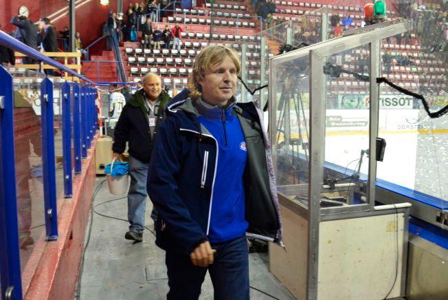 VANTE OMGIVELSER: Vålerenga-trener Espen Shampo Knutsen (44) har tråkket rundt i Jordal Amfi i 40 år og mener det er på tide å rive OL-anlegget fra 1952. Det protesterer byantikvaren mot.