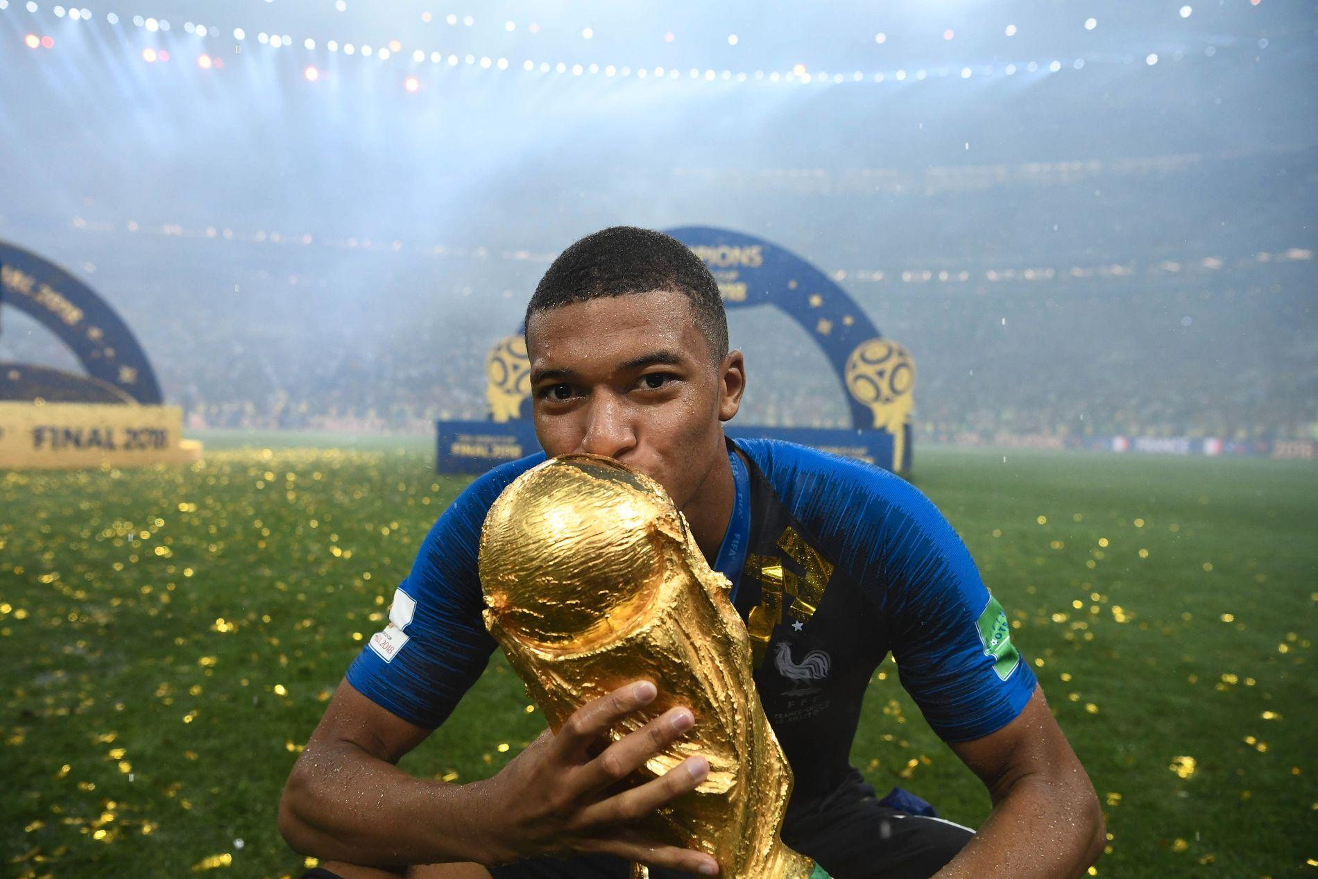 GULLVINNER: Med VM-gullet i hendene kunne Kylian Mbappé konstatere at han ble den andre til å vinne tenåring, etter brasilianske Pelé.